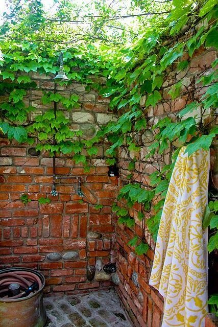 in eine vorhandene ecke aus mauersteinen oder extra gemauerten ecke passen die auenduschen von http - Gartendusche Ideen