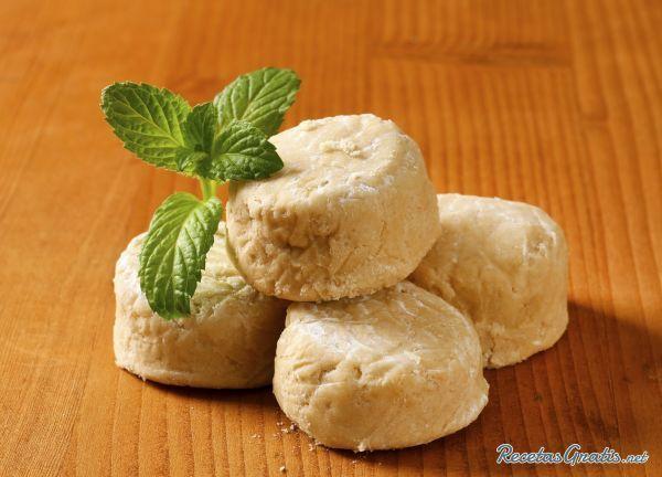 Aprende a preparar polvorones caseros con esta rica y fácil receta.  Calentar un poco la harina en una cazuela, dándola vueltas de vez en cuando. Mezclar la harina...