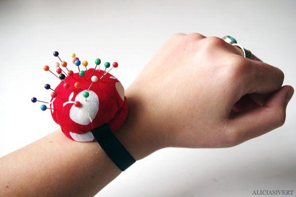 aliciasivert.blogspot.se - nåldyna med resårband för handleden