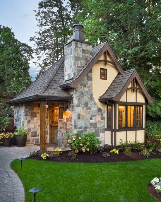 Casa mica dar plina de farmec avand fatada decorata cu piatra naturala