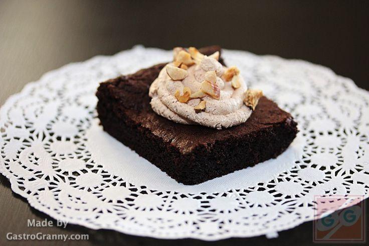 Gyors brownie mogyoróval, csokis tejszínhabbal -recept videóval- – GastroGranny receptjei videóval