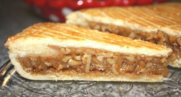 Karamellás diótorta recept: Tejszínes, mézes karamellkrémbe forgatott dió, kevéske linzertésztával - kicsit tömény, de eszméletlenül jó! Érdemes a fogyasztás előtti napon elkészíteni a tortát, mert csak a teljes kihűlés után szeletelhető, hiszen a meleg vagy langyos krém még folyékony lenne. http://aprosef.hu/karamellas_diotorta_recept