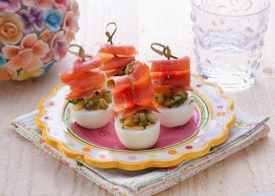 Ei met een dressing van augurk en serranoham.   Nodig:  - eieren  - 2 augurken  - teentje knoflook  - el gehakte peterselie  - el olijfoli...