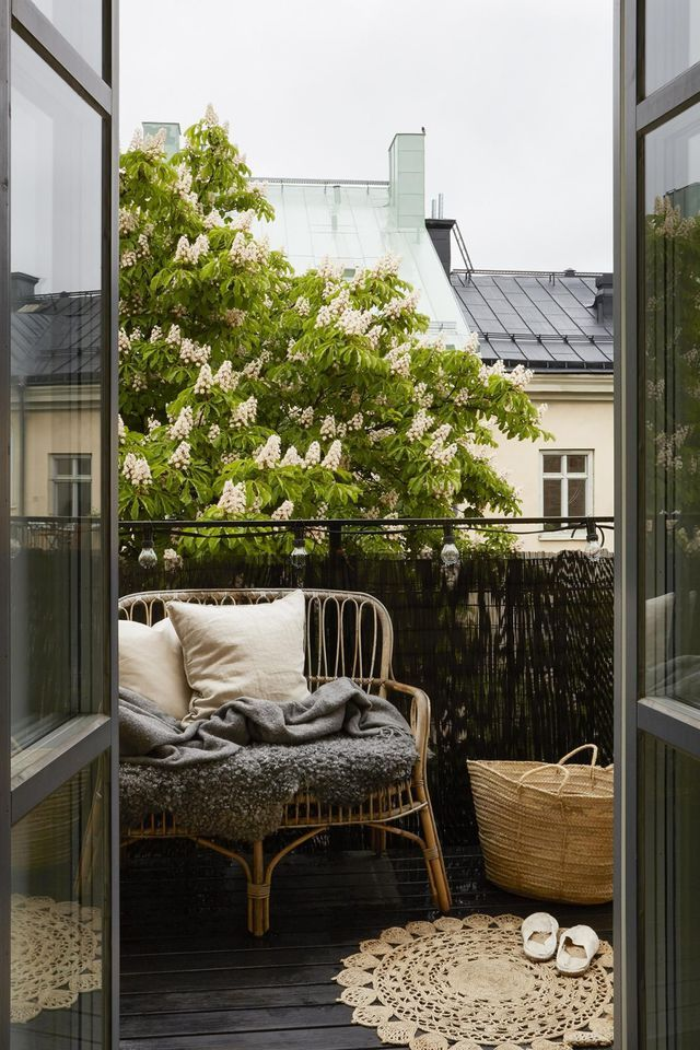 Une banquette en rotin pour habiller le balcon