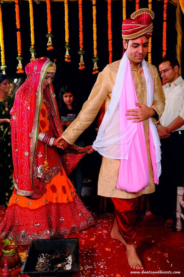 #knotsandhearts | Jatin & Nidhi | Saat Phere | The bride and groom pledge to share their lives for the next seven lifetimes ... #Sindhi #Wedding