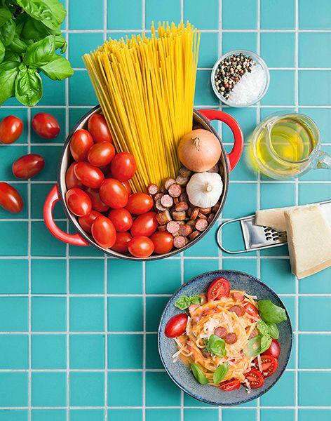 Wenn es schnell gehen soll: One Post Pasta  Zutaten für 4 Personen:  1 große Zwiebel, 3 Knoblauchzehen, Olivenöl, 400 g Datteltomaten, 250 g Mini-Kabanossi, 500 g Spaghetti, Salz und Pfeffer, 180 g Parmesan (gerieben), 20 Basilikumblätter  Das Rezept gibt es in der aktuellen Ausgabe der ALDI inspiriert auf S. 38 unter www.aldi-sued.de/aldi-inspiriert.