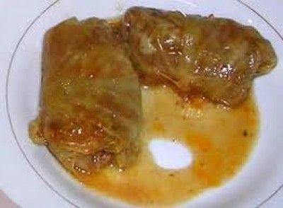 Sarma, gevulde koolrolletjes is een lekker recept en bevat de volgende ingrediënten: spitskool of witte kool( als kiseli kupus  te koop bij Turkse winkel), rijst, rundergehakt, peper, zout, tomatenpuree, ui, ajvar, paprikapoeder