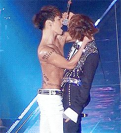 I loooooooooove this T.T look at how their hips are like rubbing at each other OH MY GOD MY FEELS