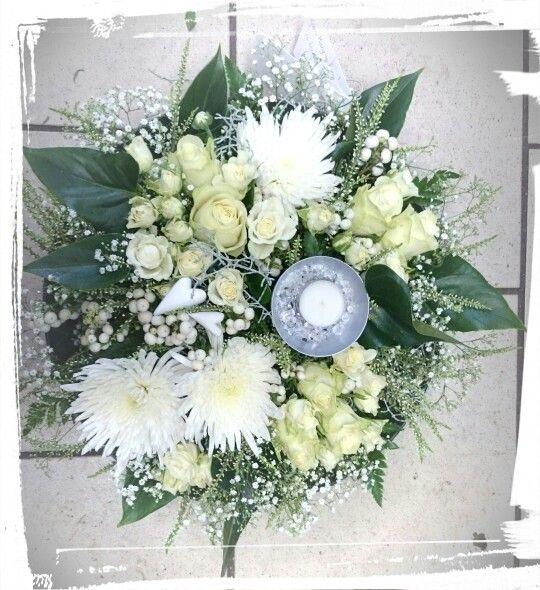 Rund, tett romantisk dekorasjon i lav skål.fyllt med gypsophila, krysanthemum,roser, sølvtråd,lyng,hvite tyttebær, lys og ♥ -design ingunngrimsby