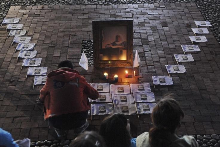 Fotos do dia - 12 de maio Fiéis rezam perto da imagem da madre Laura Montoya em sua cidade natal, Jericó, na Colômbia, enquanto papa Francisco a canoniza no Vaticano. Laura, que nasceu em 1874, tornou-se a primeira santa do paísde 2013 - ÉPOCA | Sociedade