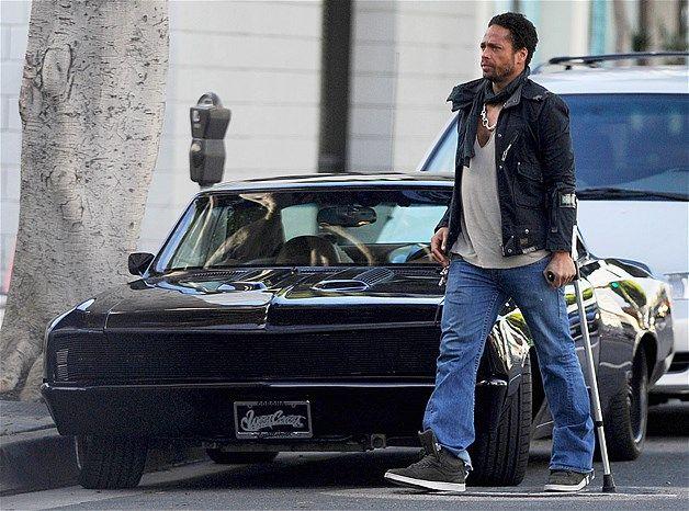 Gary Dourdan e seu Corvelle rebaixado (© Splash News)Ator Gary Dourdan caminha próximo ao seu clássico carro West Coast Customs Corvelle. O carro da ex-estrela do CSI é bastante baixo.