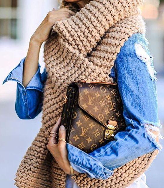 Rien de tel qu'une immense écharpe tricotée main pour réchauffer un look printanier ! (I Love Mr Mittens)