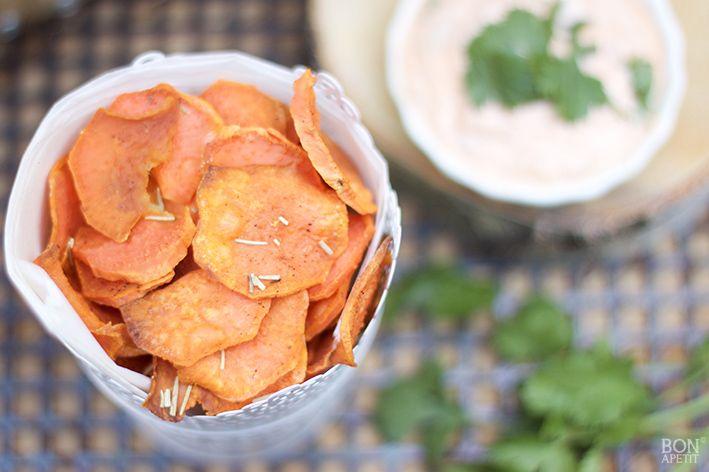 Is het mogelijk, s'avond bij de tv gezond snacken? Jazeker, met deze zoete aardappelchips met pittige dipsaus met verse koriander. Kijk op BonApetit!