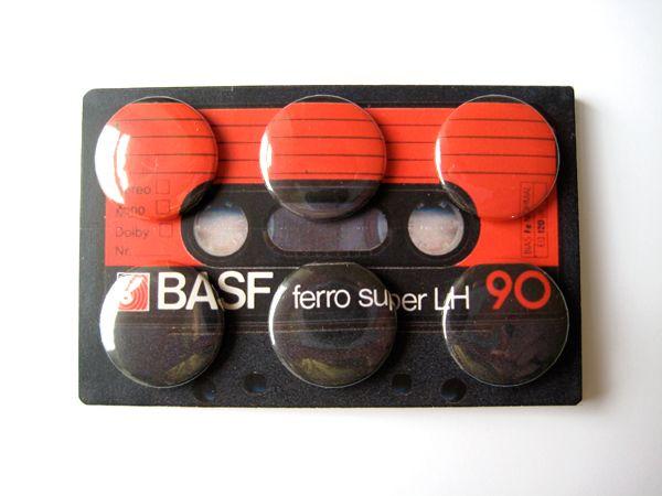 Nous avons tous le souvenir des cassettes audio qu'il fallait rembobiner avec un stylo, que l'on recopiait pendant des dizaines de minutes.... les badges nous rappellent tout cela. Le badge est un moyen, vintage, peu coûteux, original de créer de l'émotion autour de votre marque