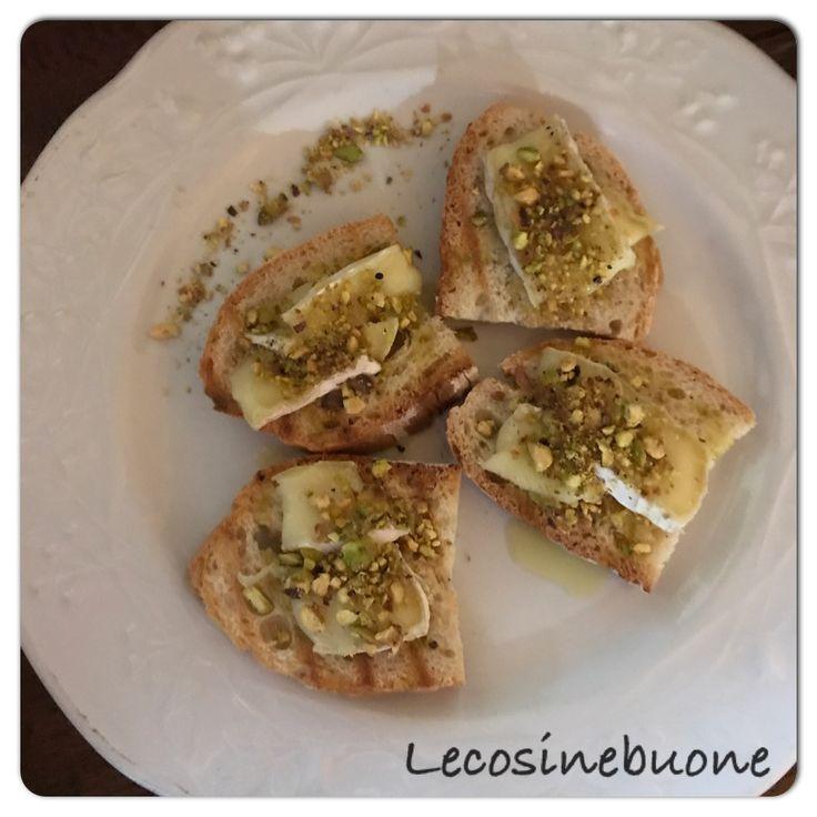 Crostini con formaggio e granella di pistacchio! http://www.lecosinebuone.ifood.it/2017/05/crostini-formaggio-e-pistacchi.html