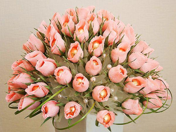 Букет из конфет к 8 марта: букет роз своими руками