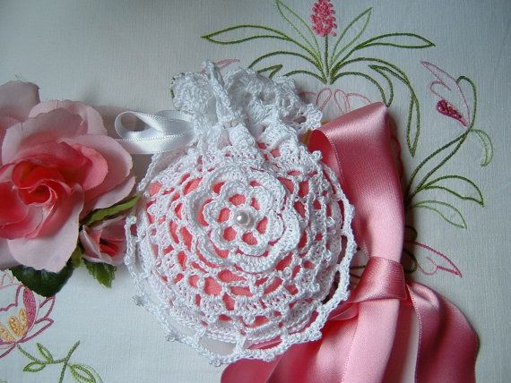 Wedding favor bag performed hand crocheted white cotton with a central rose. Small bag to crochet for marriage