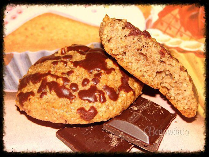 Cookies 1,5 hrnčeka vločky ovsené 0,5 hrnčeka vločky pohán 1 hrnček múka polohr 1 hrnček orechy vlašs 2 vajce 125 g maslo 1 hrnček cukor kryštál 1 kypriaci prášok extrakt vanilkový 120 ml voda Sypké suroviny = do mixéru a rozmixujeme. pridáme rozpust maslo, vajcia, vodu a vanilkovú arómu, premiešame a necháme cca pol hodinku postáť. Hmotu formujemme na plech malými lyžičkami - ďalej od seba, pretože sa pri pečení rozleje. Pečieme na 200 stupňov cca 10-15 min.