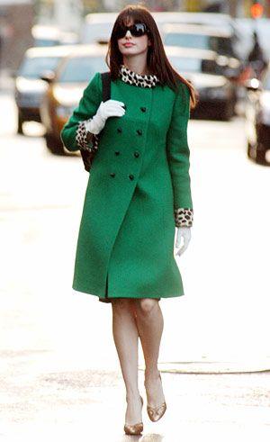 目を引くグリーンコートに襟元のアニマル柄使いが素敵! プラダを着た悪魔のおしゃれファッション
