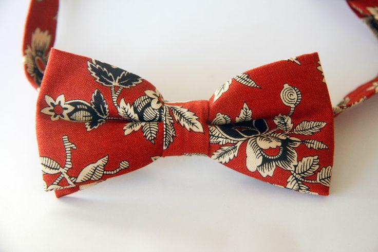 Застегивающиеся галстуки - бабочки : Бордовый в бежевые и черные цветы