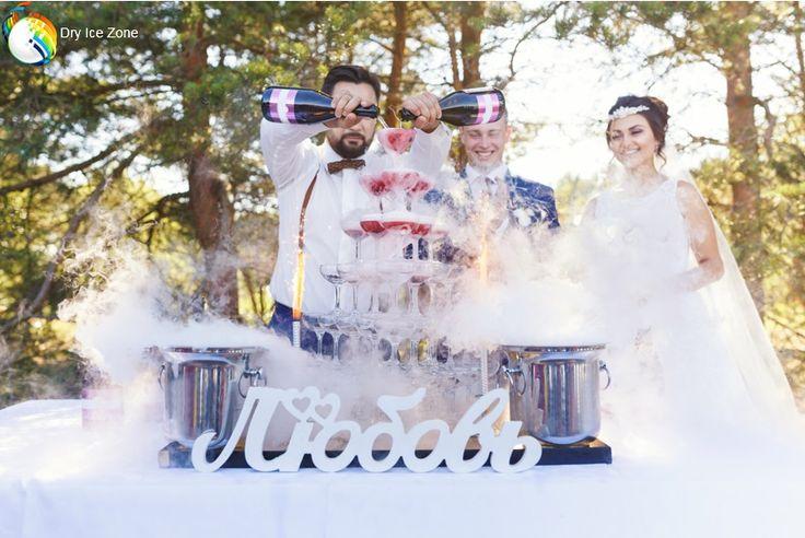 Suchy lód na ślub jest bardzo często kupowany w zestawach wysyłkowych po 20 lub 30 kilogramów. Suchy lód jest wykorzystywany podczas ślubu do efektów specjalnych a takim przykładem może być lampka szampana dla młodej pary i przybyłych gości. Po ustawieniu kieliszków piętrowo i włożeniu do nich suchego lodu osiągniemy efekt 'fontanny dymu' która może być wyśmienitą oprawą każdego ślubu.