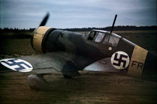 Fokker D.XXI Fr-kone lähtövalmiina Nurmoilan kentällä, LentoR 1, kuvattu 14.-17.10.1943.
