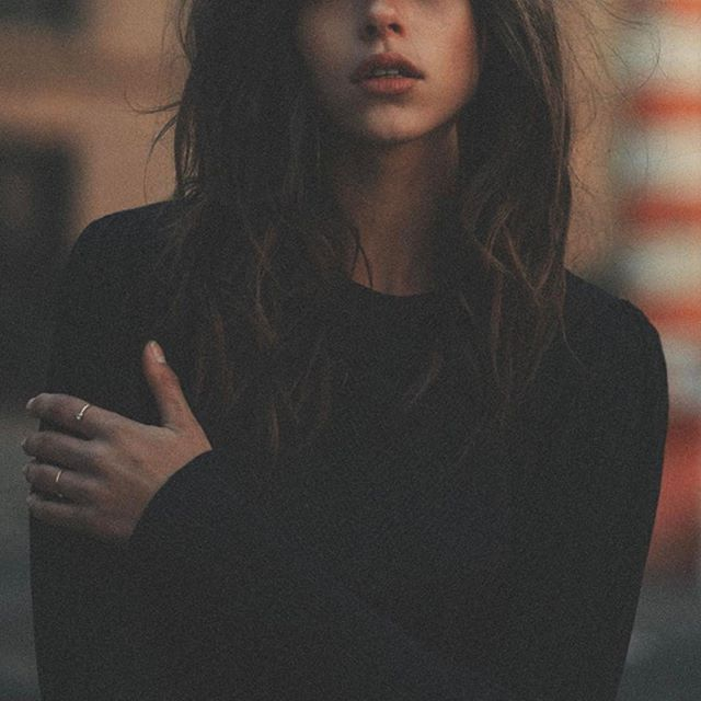 the dark night putting a city to sleep | #redsantal |  @kat_in_nyc #naturalperfume #nicheperfume #essentialoils #fragrance #perfume #organic #greenbeauty #blackpepper #pepper #sandalwood #ginger #bergamot #outfit #ootd #hairdo #streetstyle #red #warmwood