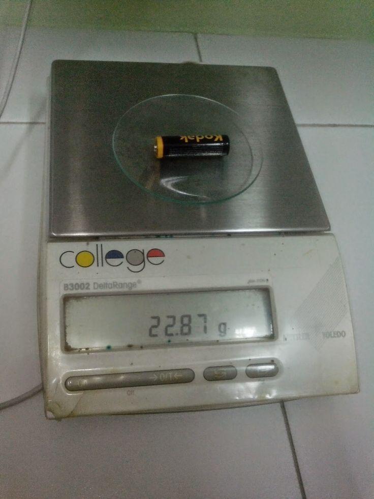 Colocamos el vidrio de reloj en la balanza de precisión antes de pesar la pila para poder tarar y saber el peso real de la pila. Colocamos la pila en el vidrio de reloj y la medimos en la balanza de precisión.