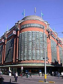 De Amsterdamse School (1913-1925), Bijenkorf Amsterdam ontworpen door Piet Kramer voor het bureau van Eduard Cuypers). Geïnspireerd door art nouveau, reactie op de verschillende neostijlen.Eenvoudige geometrische vormen, vele en uitbundige versieringen. Decoratieve versiering van de gevels en veel bakstenen. Expliciete hoeken en accenten bij deuren, portieken en doorgangen.  Soms sober (Berlage).