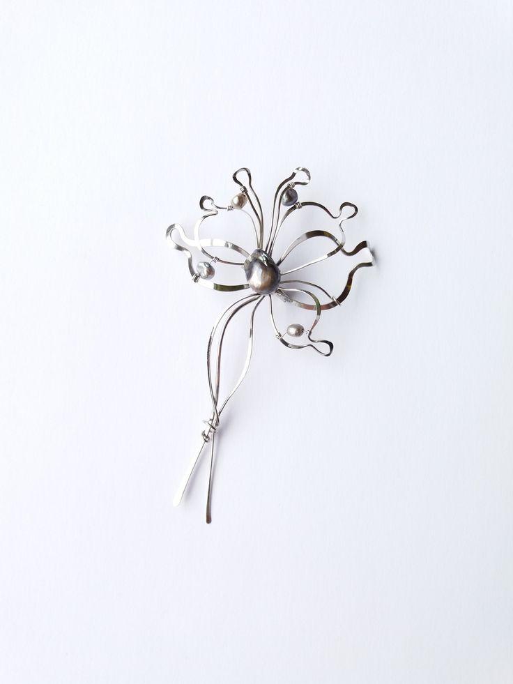 """Brož+B52PO+""""Večerní+vánek""""+s+exkluzivními+perlami+Autorský+šperk.+Originál,+který+existuje+pouze+vjednom+jediném+exempláři+z+romantické+edice+variací+na+květy.+Vyniká+kouzelným+prostorovým+tvarem,+precizním+zpracováním+rozkryté+komozice+vlastního+květu,+jemně+laděnou+barevností+a+elegantním+výrazem.+Brož+je+vyrobena+ručně.+Tepaná,+ohýbaná,+tvarovaná+z..."""
