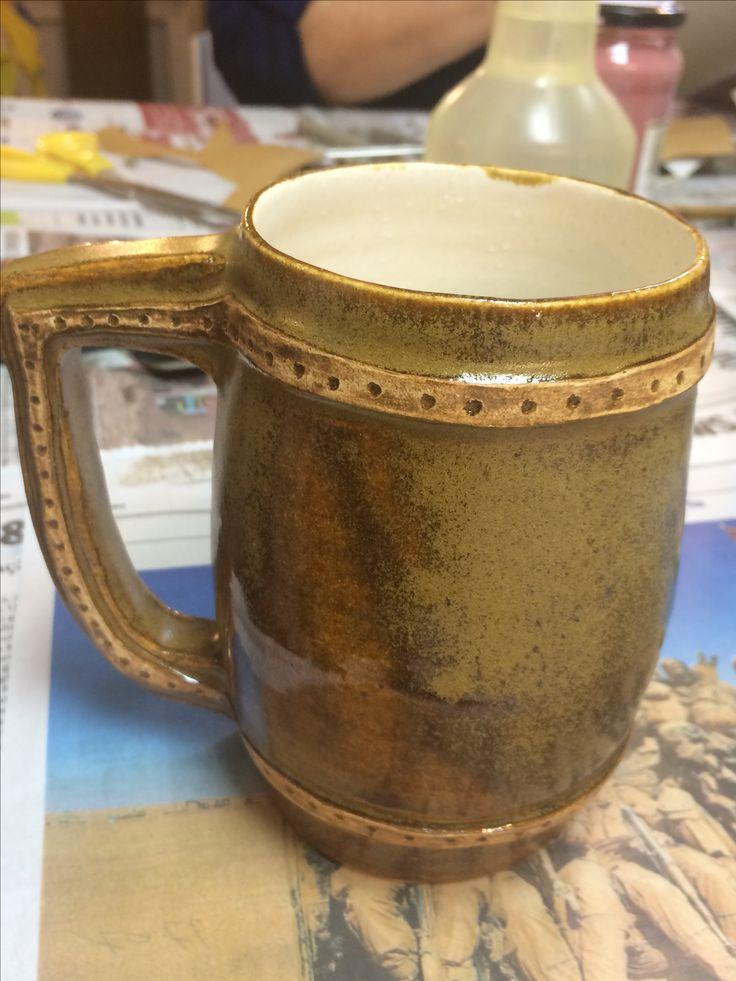 Cerâmica artesanal. Caneca de chopp. Peça feita no torno. Argila: shiro; queima: 1200 graus C; esmaltação em duas cores; efeito externo produzido pela fricção do esmalte seco.