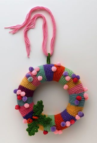 CHRISTMAS GARLAND IN WOOL  Do you already have your Christmas garland to hang on the door? If you like to knit and crochet you could make a garland in wool: find out how to do!