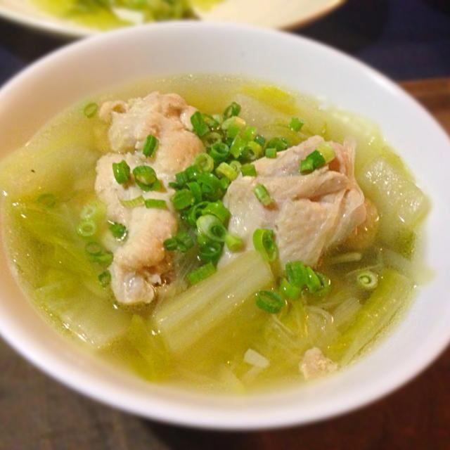 手羽元を柔らかくなるまでコトコト煮込んで、骨付きはいいダシがでますね - 38件のもぐもぐ - 鳥肉と白菜のスープ by tabajun