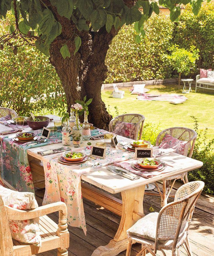 comedor de exterior con vistas al jardn suelo y muebles de madera y fibra vegetal