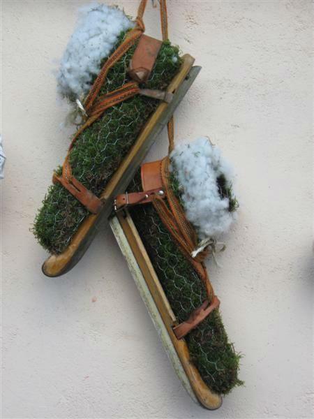 friese doorlopers-houtjes schaatsen - schoenen van gaas en mos op de schaatsen maken ook leuk om er een hedera in te poten