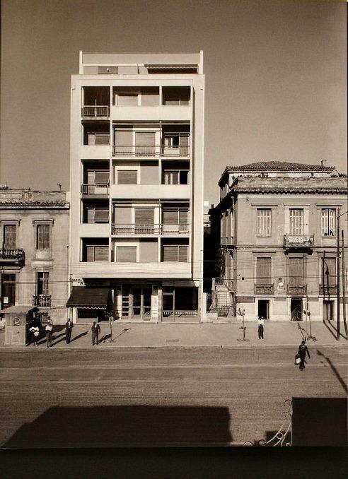 Πατησίων 109 Η μοντέρνα πολυκατοικία του 1957 σε σχέδια του Δημήτρη Φατούρου ανάμεσα στα νεοκλασικά. φωτ, Δημήτρη Χαρισιάδη