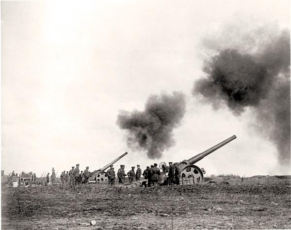 Canons massifs martèlent la crête de Vimy, Avril 1917. MINISTÈRE DE LA DÉFENSE NATIONALE