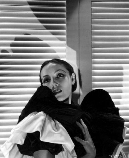 """Ni la mujer más fría y altiva del cine Marlene Dietrich pudo mantenerse impacible ante tanta belleza. La Dietrich siempre miró en menos a Greta, pero Dolores, según sus propias palabras,"""" es el rostro femenino más hermoso que a posado ante las cámaras del cine mundial"""""""