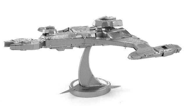 Modellino in Metallo 3D - Klingon Vor'Cha  Costruisci il tuo Klingon Vor'cha della serie televisiva Star Trek The Next Generation con facilità con questo kit di montaggio in metallo. Incredibilmente dettagliato, il modellino parte da due lamiere di metallo tagliato al laser, per terminare in un sorprendente modello in 3D. Basta seguire le facili istruzioni di montaggio e ripiegare i pezzi collegandoli ai punti di fissaggio. Non necessita di collante. #MetalHeart3D