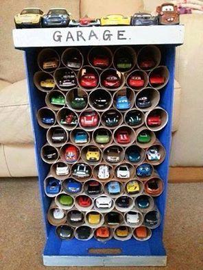 Una caja vacía y rollos de papel wc para organizar los coches de juguete