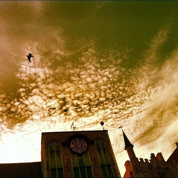 Zonsondergang bij het Gruuthuse in Brugge #sunset #statigram #skylovers #cloudlovers - @marcel_tettero- #webstagram