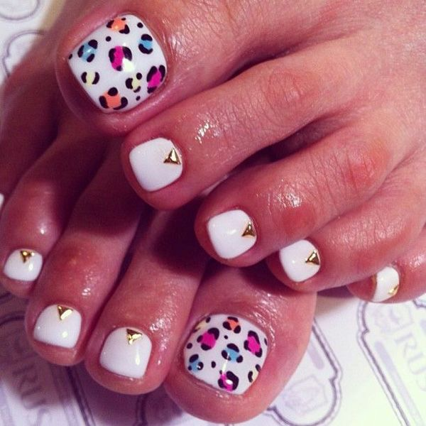 An adorable looking leopard print inspired toenail art. Coated in matte white as base color, the big toenail is then designed with red violet, light blue, orange, black and white leopard prints. The rest of the nails are topped with a gold triangle shaped bead.
