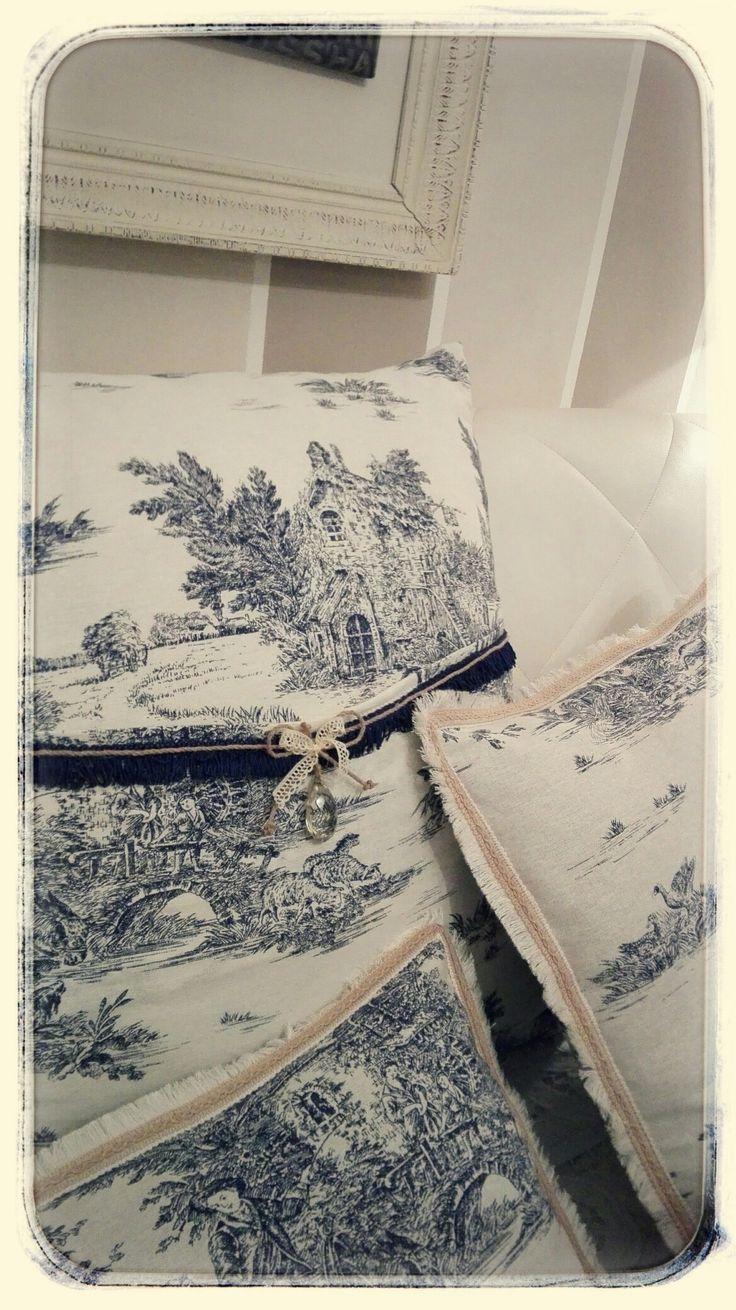 Cuscini handmade realizzati con tessuto Toile de jouy, per una camera da letto romantica in stile provenzale.
