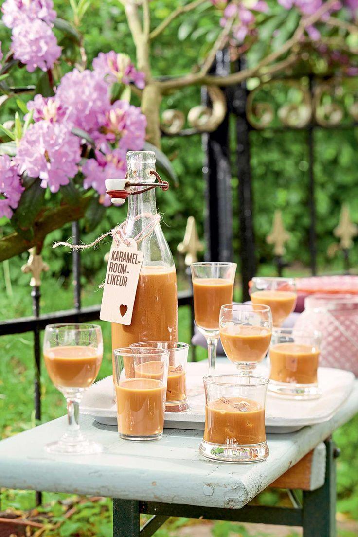 Karamel-roomlikeur; Ingrediënten voor circa 2 flessen: ♥ 200 g zachte karamelfudge (bijv. Lonka) ♥ 200 ml slagroom ♥ 500 ml wodka Hak ca. 200 g zachte karamelfudge (bijv.Lonka) fijn. Breng 200 ...