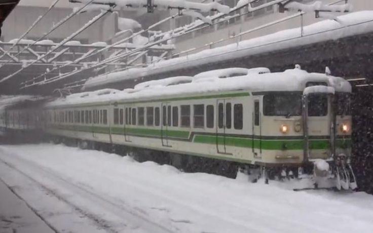 ff23603ada385417b02c9b827bc6de7b -  Porém, não chegaram a consegui-lo pois as viagens de comboio tinham sido suspensas por causa da tempestade de neve.