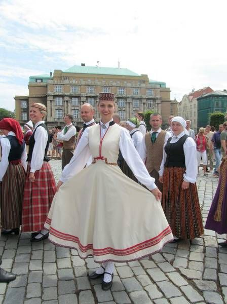 The folk costume of Abrene, Latgale; nowadays in Russia with a different name. (Folk dance ensemble Katlakalns.) - Marmota's Dress Diaries: Latvian folk costumes in Prague