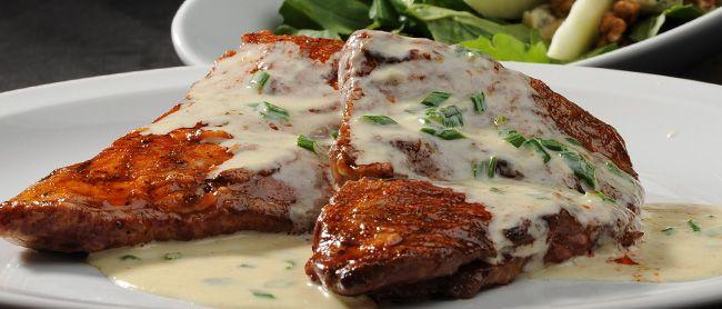 Matambrito de Cerdo al Verdeo Receta ideal para un sábado a la noche, un exquisito matambrito de cerdo con una fresca ensalada de hojas como acompañamiento.