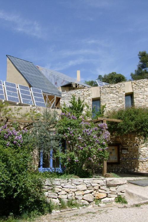 Le Loubatas - Peyrolles en Provence - Cet écogîte de groupe est entièrement auto suffisant en énergie et en eau. Il est géré par une association d'éducation à l'environnement. Accueil de groupe, proposition d'ateliers autour de la gestion des énergies, écoconstruction, sensibilisation et valorisation de l'environnement. Dans un environnement préservé, grand site de la Sainte Victoire.