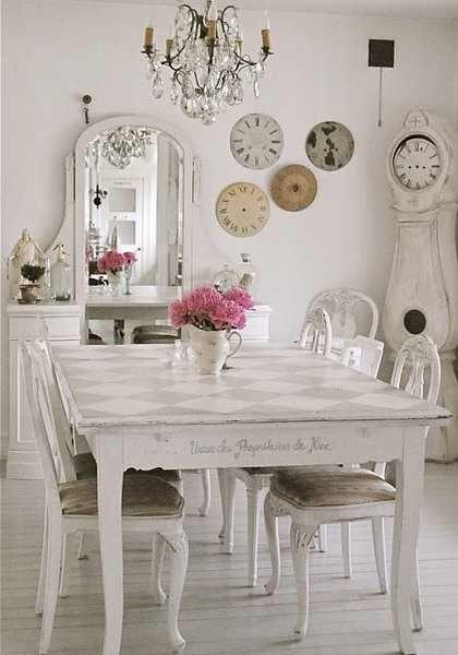 Relógios e espelhos combinados em decor shabby chic