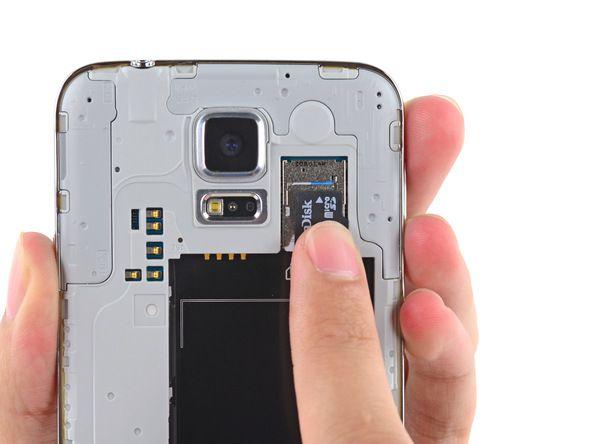 5. Ta microSD-kortet ut av telefonen.